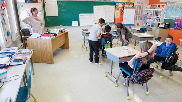 Des élèves travaillent ensemble dans une classe.