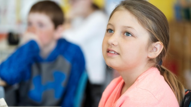 Kelsey est assise dans sa classe.