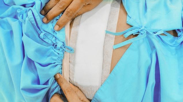 Une femme qui vient de subir une hystérectomie