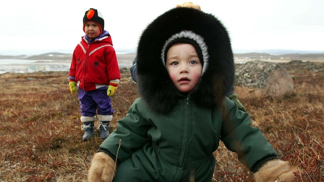 Deux enfants dans un champ, à Iqaliut.
