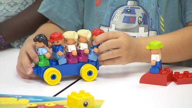 Un enfant joue avec des blocs.