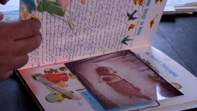 Une photo de bébé dans un livre de naissance