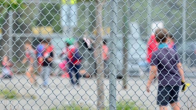 Des enfants jouant dans une cour d'école à Montréal.