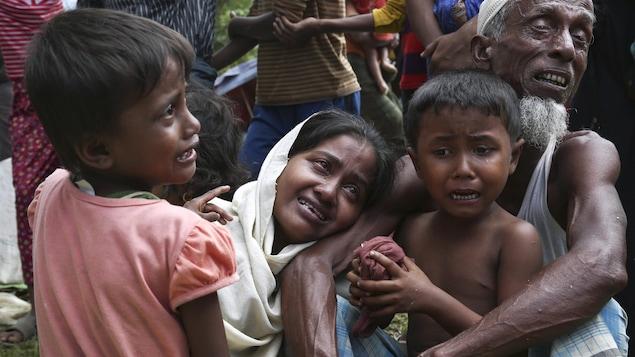 Une famille de Rohingyas doit quitter un camp de fortune à la frontière du Bangladesh.