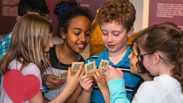 Des enfants tentent d'élaborer une stratégie avec les cartes à jouer qui leur ont été données.