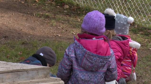 Des enfants jouent à l'extérieur.