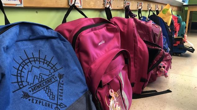Des sacs à dos d'enfants.
