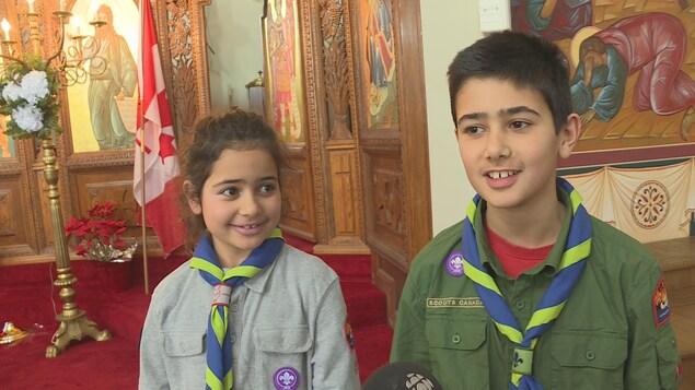 Dalia Rassi, 8 ans et son frère Tarek, 11 sont devenus Scouts, dimanche.