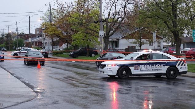 Voitures de police et cordon policier