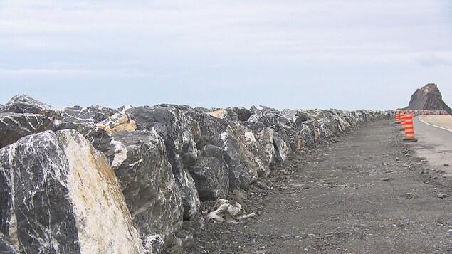 Une partie de l'enrochement sur quatre kilomètres pour protéger la route 132 des assauts du fleuve Saint-Laurent dans le secteur de Marsoui en Gaspésie