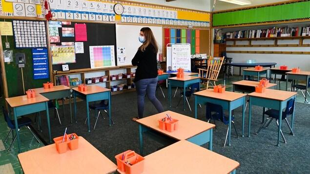 Une femme dans une salle de classe
