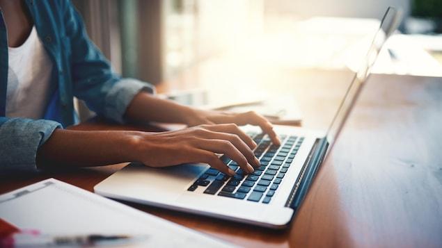 Une personne travaille sur un ordinateur portable.