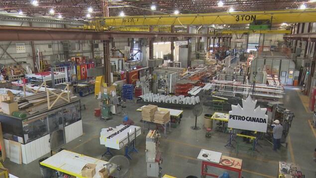 L'entrepôt de l'entreprise avec, notamment des enseignes de McDonald's et de Petro-Canada.