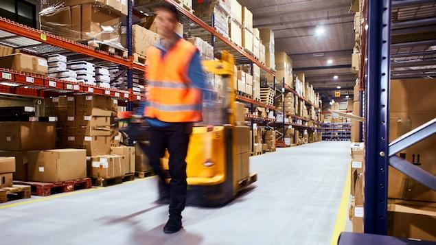 Un homme travaille dans un entrepôt.