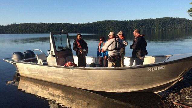 Des scientifiques qui participent au bioblitz de Big Trout Bay, le long des rives du lac Supérieur.