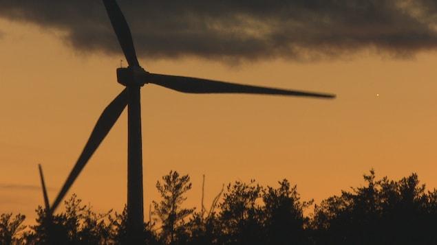 Une éolienne lors d'un coucher de soleil.