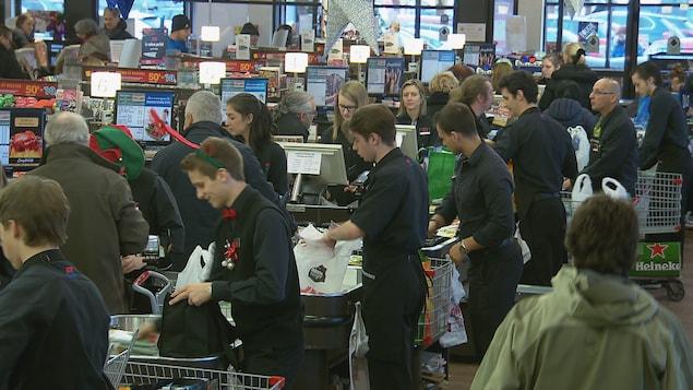 Des emballeurs sont à pied d'œuvre dans une épicerie du secteur Cap-Rouge, à Québec.