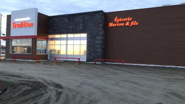 Le stationnement du nouveau bâtiment de l'Épicerie Marion & fils à Palmarolle n'est pas encore asphalté.