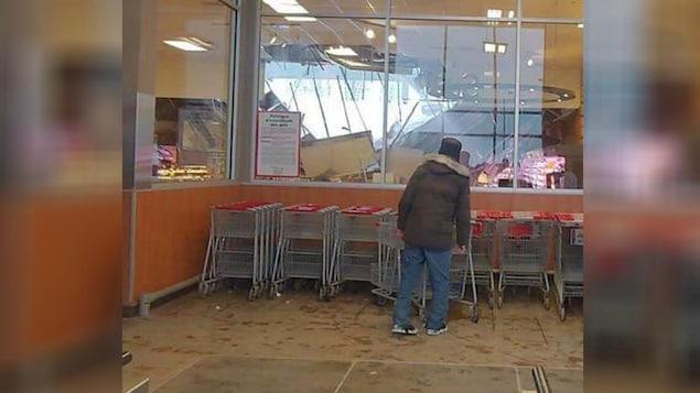 Le toit d'un supermarché Metro du secteur Saint-Étienne-de-Lauzon, à Lévis, s'est en partie effondré, vendredi.