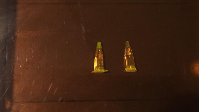 Deux éprouvettes. Celle de gauche a changé de couleur, tandis que celle de droite est restée intacte.