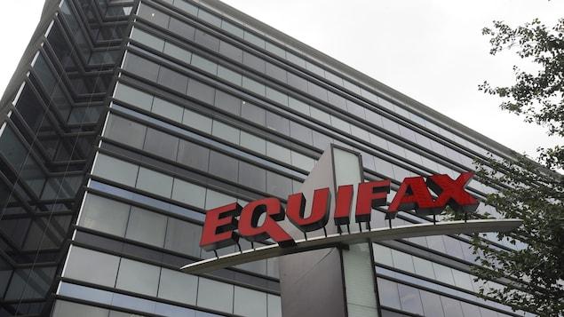 L'enseigne d'Equifax devant un immeuble.
