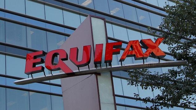 L'enseigne Equifax avec un immeuble en verre en arrière plan.