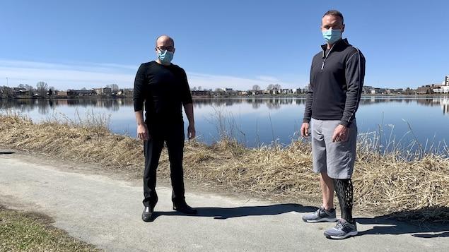 Éric Brunette et Francis Pépin devant le lac Osisko.