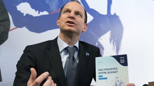 Le ministre des Finances du Québec, Éric Girard, s'est prêté mercredi à la traditionnelle séance de photos, à la veille du dépôt de son premier budget.