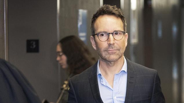 Plan moyen d'Éric Salvail, qui porte des lunettes.