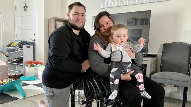 Une jeune mère handicapée de Trois-Rivières, Érika Hamel, son conjoint et sa fille