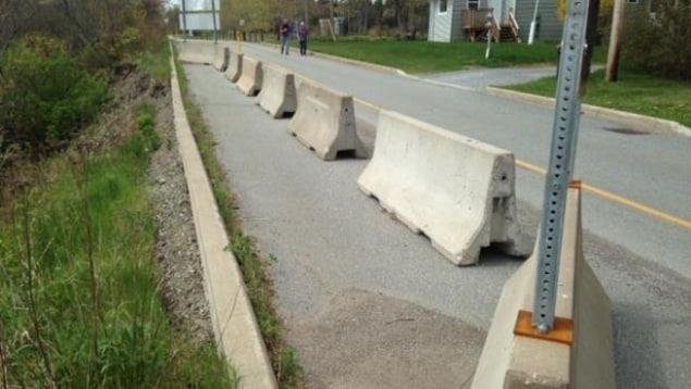 Des blocs de bétons sur la route.