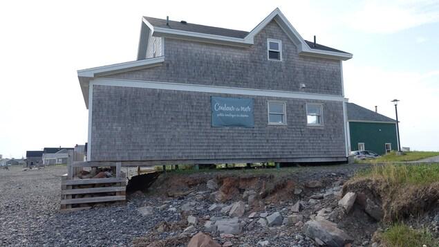 L'arrière de la maison repose sur une structure ajoutée puisque le sol s'est dérobé en raison de l'érosion.