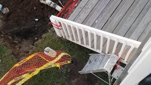 Un escabeau à côté des escaliers