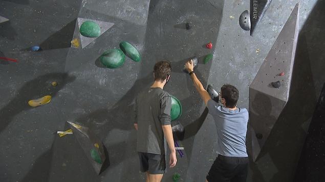 Deux amateurs d'escalade se préparent à grimper.