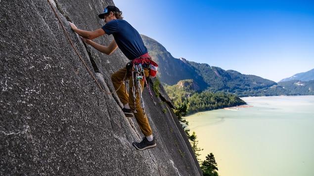 Will Stanhope sur une falaise qui surplombe la baie Howe.