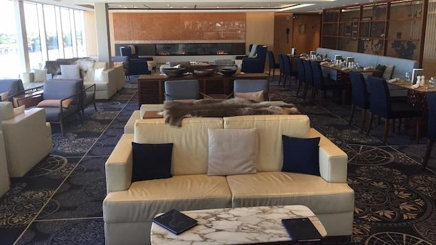 Un espace commun comportant fauteuils et tables à l'intérieur du navire de croisière de luxe Viking Sea