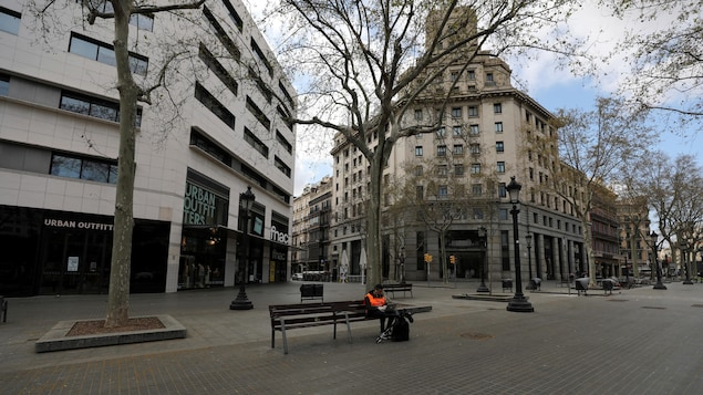 Depuis que l'Espagne a décrété l'état d'alerte sanitaire, la population du pays a déserté les rues du pays, notamment à Madrid, la capitale.