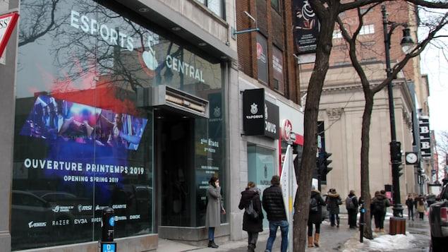 Une immense affiche annonce l'ouverture de l'eSports Central et couvre la devanture d'un immeuble.