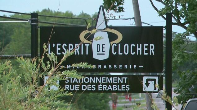 Une affiche identifiant la microbrasserie L'Esprit du clocher.