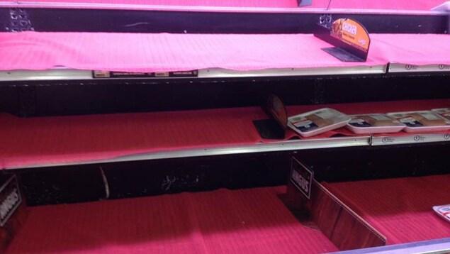 Les étagères d'un comptoir de viandes sont vides.