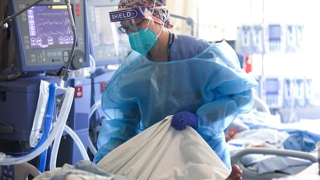 Une infirmière s'occupe d'un patient dans un hôpital américain.