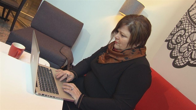 Ethel Côté, fondatrice de MécènESS travaille à son bureau