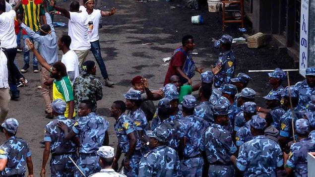 Les forces de sécurité interviennent dans une foule agitée.