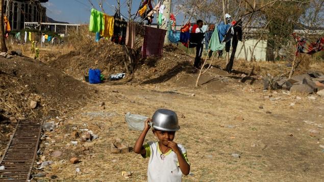 Un enfant dans un camp de réfugiés.