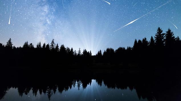Des étoiles filantes dans le ciel.