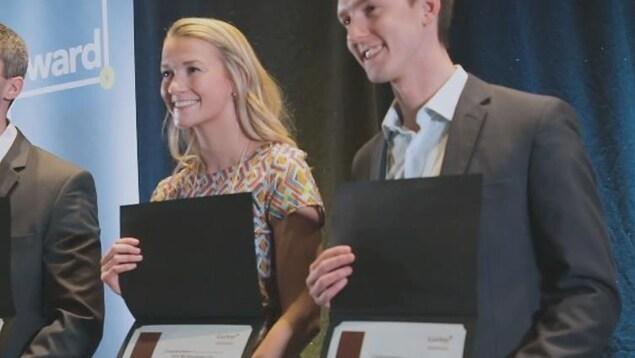 Une femme et un homme tiennent un certificat