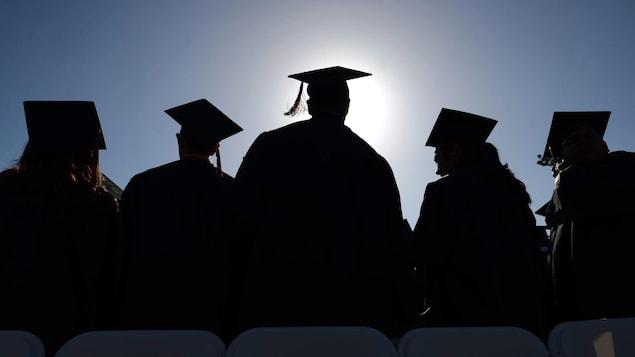 Un groupe d'étudiants lors de leur cérémonie de remise des diplômes.