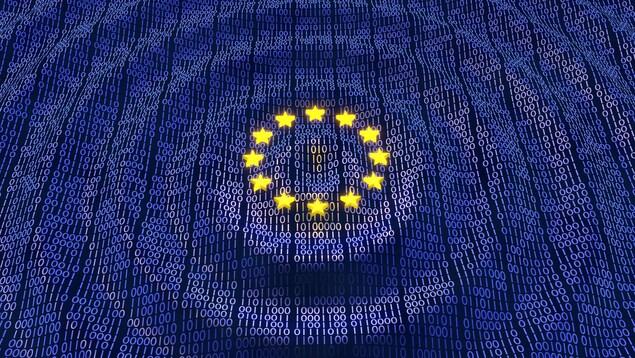 Un drapeau européen bleu foncé avec des étoiles jaunes sur fond chiffres 1 et 0.