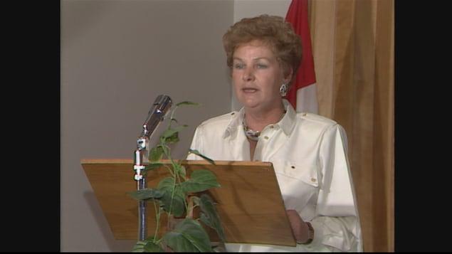 Éva Lachance-Côté, parlait au micro debout derrière un lutin, en 1986.