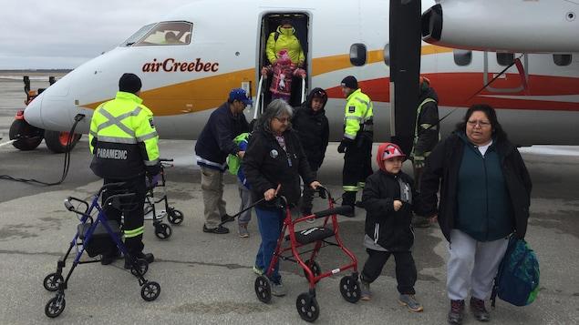 Des évacués de Kashechewan arrivent à Kapuskasing par avion